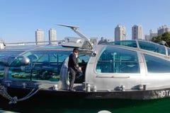Mensen die boot bij Odaiba-Kustpark in Tokyo, Japan komen kruisen Royalty-vrije Stock Foto