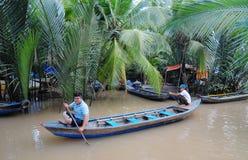 Mensen die boot op de rivier in de provincie van Tra Vinh, Vietnam roeien Royalty-vrije Stock Fotografie