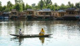 Mensen die boot op het meer in Srinagar, India roeien Stock Foto's