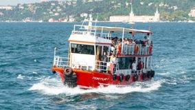 Mensen die Bosphorus-Straat op een kleine passagiersboot kruisen in Istanboel, Turkije royalty-vrije stock afbeeldingen