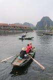 Mensen die boten varen in Tam Coc royalty-vrije stock afbeelding
