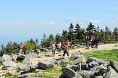 Mensen die Brocken-Berg bezoeken bij het Nationale Park van Harz (Duitsland) Stock Foto's