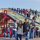 Mensen die brug kruisen bij Piazza Rome Venetië Stock Foto's