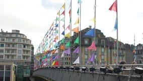 Mensen die die brug lopen met vele kleurrijke banners, feestelijke atmosfeer wordt verfraaid stock video
