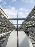 Mensen die brug, Odaiba, Tokyo kruisen Stock Afbeelding