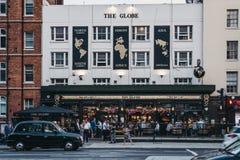 Mensen die buitenthe globe-bar in Marylebone, Londen, het UK drinken stock foto