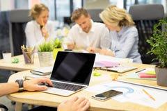 Mensen die in bureau met moderne technologie samenwerken stock foto