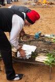 Mensen die calsot op vuur tijdens otada van CalÑ koken  Stock Afbeelding