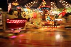 Mensen die Carnaval rit berijden bij nacht royalty-vrije stock afbeeldingen