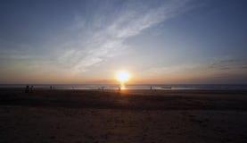 Mensen die Casuarina van Strand bij Zonsondergang, Darwin genieten Stock Foto's