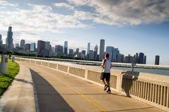 Mensen die in Chicago tijdens zonsondergang lopen Stock Foto