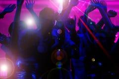 Mensen die in club met laser dansen royalty-vrije stock fotografie
