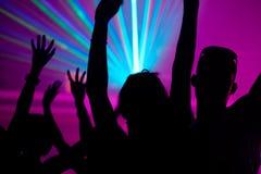 Mensen die in club met laser dansen Royalty-vrije Stock Foto