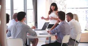 Mensen die Commerciële Vergadering in Modern Open Planbureau bijwonen stock footage