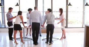 Mensen die Commerciële Vergadering in Modern Open Planbureau bijwonen stock video
