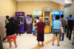 Mensen die contant geld in ATM een rij vormen terug te trekken Royalty-vrije Stock Afbeeldingen