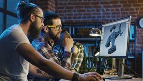 Mensen die 3-D detail voor videospelletje creëren stock video