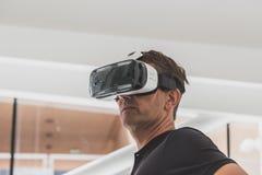 Mensen die 3D hoofdtelefoon proberen in Expo 2015 in Milaan, Italië Royalty-vrije Stock Foto's