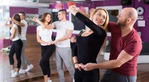 Mensen die dansende klasse hebben Stock Afbeelding