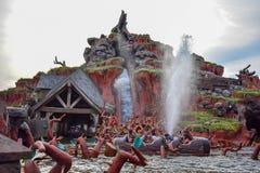 Mensen die de aantrekkelijkheid van het de Bergwater van de pretplons in Magisch Koninkrijk hebben in Walt Disney World 1 royalty-vrije stock afbeeldingen