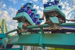 Mensen die de achtbaan van pretkraken hebben in Seaworld Marine Theme Park 3 stock afbeeldingen