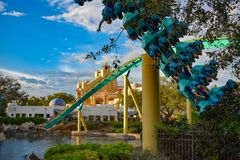 Mensen die de achtbaan van pretkraken hebben in Seaworld Marine Theme Park 6 stock foto