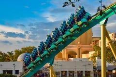 Mensen die de achtbaan van pretkraken hebben in Seaworld Marine Theme Park 1 royalty-vrije stock fotografie