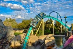 Mensen die de achtbaan van pretkraken hebben in Seaworld Marine Theme Park 1 royalty-vrije stock foto's