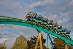 Mensen die de achtbaan van pretkraken hebben in Seaworld Marine Theme Park 7 royalty-vrije stock foto's