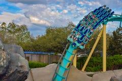 Mensen die de achtbaan van pretkraken hebben in Seaworld Marine Theme Park 3 stock foto