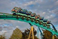 Mensen die de achtbaan van pretkraken hebben in Seaworld Marine Theme Park 8 stock fotografie