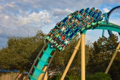 Mensen die de achtbaan van pretkraken hebben in Seaworld Marine Theme Park 5 royalty-vrije stock foto's