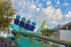 Mensen die de achtbaan van pretkraken hebben in Seaworld Marine Theme Park 2 royalty-vrije stock foto's