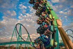 Mensen die de achtbaan van pretkraken hebben in Seaworld Marine Theme Park 4 stock afbeelding