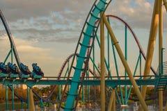 Mensen die de achtbaan van pretkraken hebben in Seaworld Marine Theme Park 6 stock fotografie