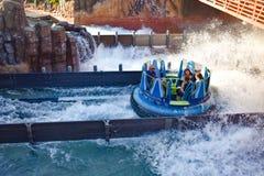 Mensen die de achtbaan van pretkraken hebben in Seaworld Marine Theme Park 2 stock afbeeldingen