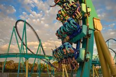 Mensen die de achtbaan van pretkraken hebben in Seaworld Marine Theme Park 5 royalty-vrije stock fotografie