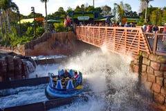 Mensen die de achtbaan van pretkraken hebben in Seaworld Marine Theme Park 3 royalty-vrije stock foto's