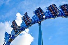 Mensen die de achtbaan van pretmanta Ray hebben in Seaworld Marine Theme Park 1 royalty-vrije stock afbeeldingen