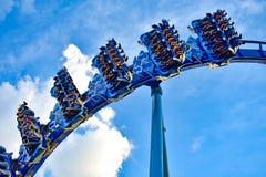 Mensen die de achtbaan van pretmanta Ray hebben in Seaworld Marine Theme Park 2 stock afbeeldingen