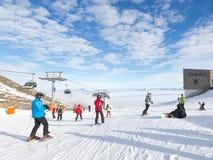 Mensen die in de Alpen ski?en Stock Afbeeldingen