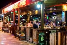Mensen die in de bar bij nacht zitten royalty-vrije stock foto
