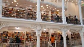 Mensen die in de boekhandels van Carturesti Carusel, Boekarest, Roemenië winkelen stock footage