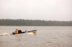 Mensen die de boot van de snelheidsmotor drijven bij rivier Royalty-vrije Stock Afbeeldingen