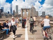 Mensen die de Brug van Brooklyn in New York kruisen Royalty-vrije Stock Afbeeldingen