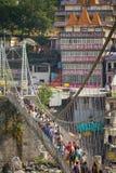Mensen die de brug van Lakshman kruisen Jhula Royalty-vrije Stock Afbeelding