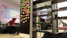 Mensen die in de creatieve video van de ontwerpstudio timelapse werken stock video