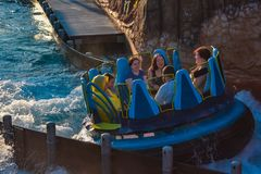 Mensen die de Dalingen van de de aantrekkelijkheidsoneindigheid van de pretrivier in Seaworld Marine Theme Park 4 hebben stock afbeelding