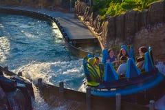 Mensen die de Dalingen van de de aantrekkelijkheidsoneindigheid van de pretrivier in Seaworld Marine Theme Park 4 hebben stock afbeeldingen