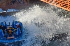 Mensen die de Dalingen van de de aantrekkelijkheidsoneindigheid van de pretrivier in Seaworld Marine Theme Park 1 hebben royalty-vrije stock foto's